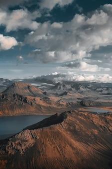 Lago blu vicino a landmannalaugar, islanda