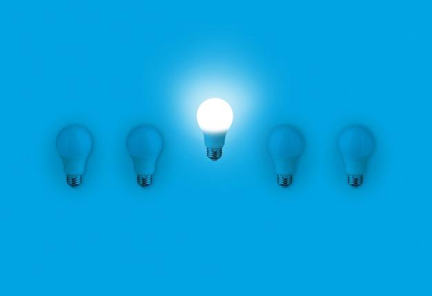 Lampadine blu con un'idea diversa incandescente sul blu