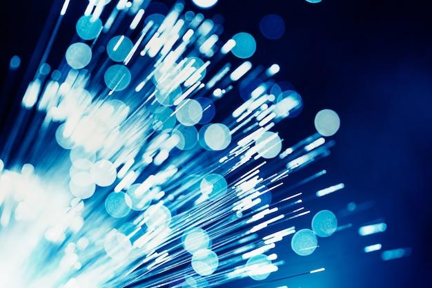 Fibra ottica a luce blu, tecnologia di telecomunicazione dei dati digitali ad altissima velocità per lo sfondo.