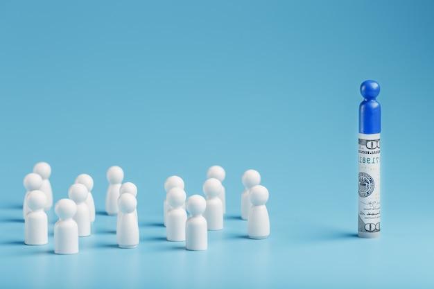 Un uomo blu sta in piedi in dollari e gestisce una folla di bianchi. il concetto di potere avido e gestione delle persone