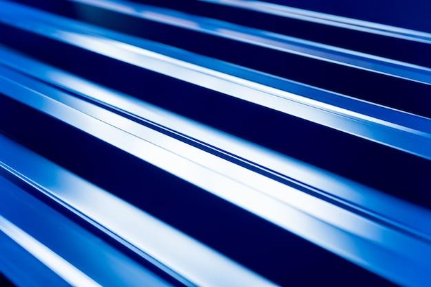Sfondo di tegole metalliche blu con gocce d'acqua.