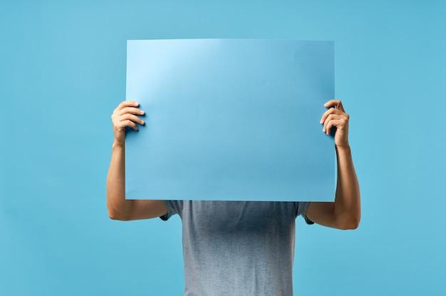 Annuncio di vista ritagliata delle mani degli uomini del manifesto di mockup blu