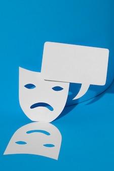 Lunedì blu con maschere e bolla di chat
