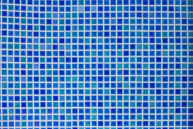 Sfondo di mosaico blu. tessere di mosaico blu multicolori nella parte inferiore della piscina