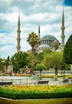 Moschea blu in lontananza a sultanahmet square