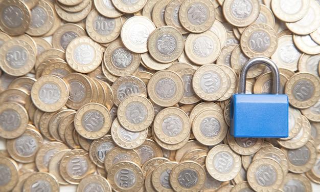 Lucchetto e monete blu. finanza. sicurezza