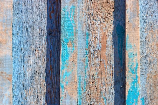 Primo piano di assi di legno esposto all'aria dell'annata verniciato blu. fondo in legno astratto