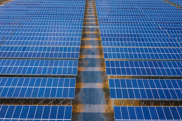 Le linee blu del pannello solare alimentano l'energia e l'industria di energia pulita elettrica in tailandia