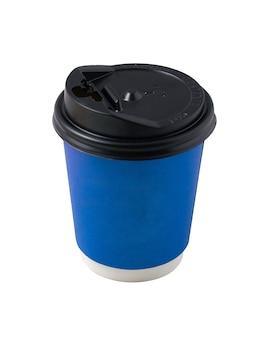 Tazza da caffè in carta blu con coperchio in plastica nera isolato su sfondo bianco. accessori per bevande per asporto e consegna a domicilio. spazio vuoto per il nome del marchio o il testo.