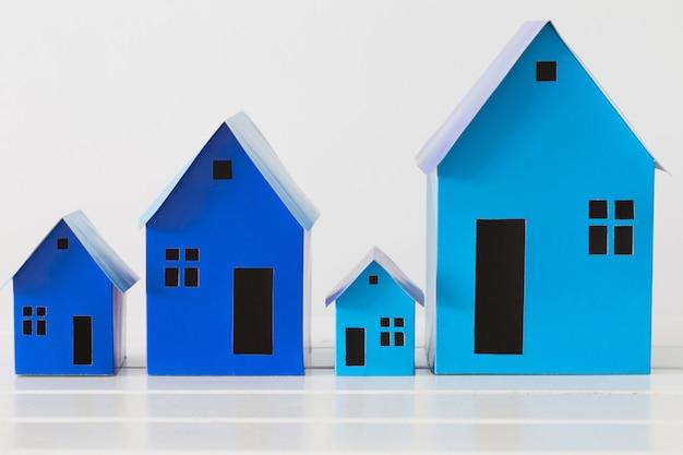 Case di carta blu su spazio bianco