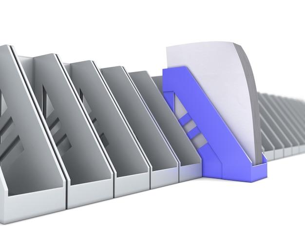 Il vassoio carta blu spicca tra i vassoi carta grigi. 3d render illustrazione