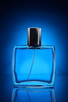 Bottiglia di profumo blu