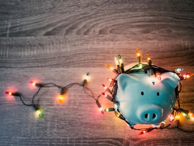 Salvadanaio blu con luci per feste, goditi il risparmio per il concetto di vacanze.