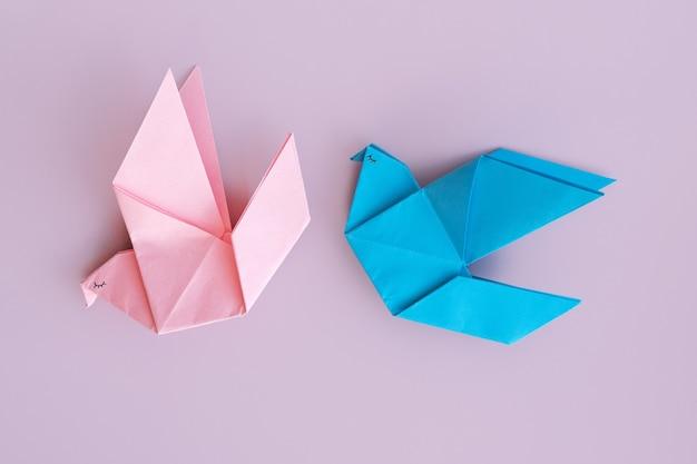 Uccelli origami blu e rosa, che simboleggiano amore e romanticismo