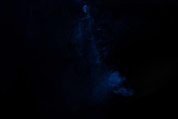 Vapore blu e rosa su una superficie nera. copia spazio.