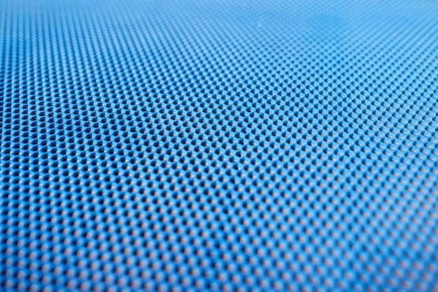 Sfondo di plastica blu con fori.