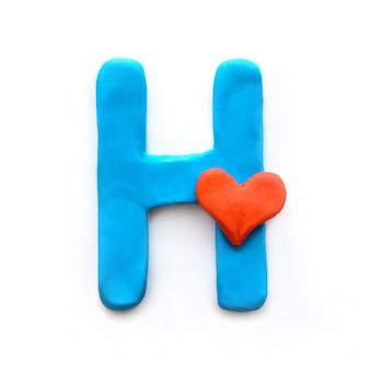 Alfabeto inglese lettera h di plastilina blu con cuore rosso che significa amore