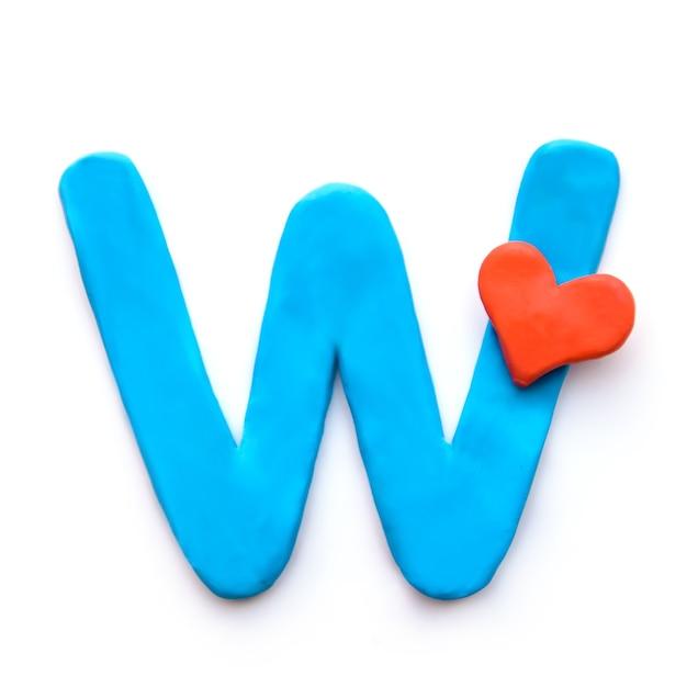 Alfabeto inglese lettera w di plastilina blu con cuore rosso che significa amore