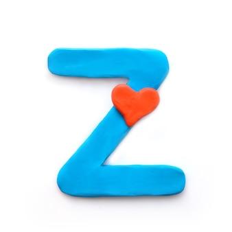 Alfabeto inglese lettera z di plastilina blu con cuore rosso che significa amore