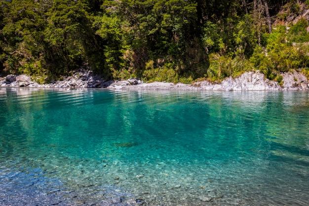 Stagni blu - bello posto al fiume di makarora sull'isola del sud, nuova zelanda