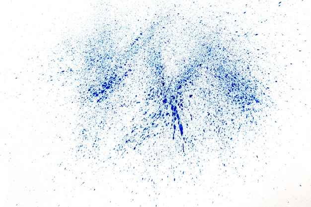 Polvere blu su sfondo bianco
