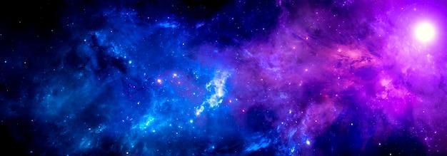 Sfondo cosmico viola blu con una nebulosa luminosa e un ammasso di stelle