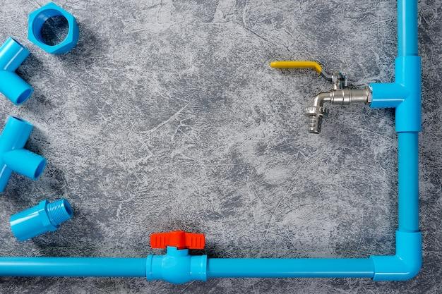Tubo in pvc blu con rubinetto e valvola dell'acqua con copia spazio