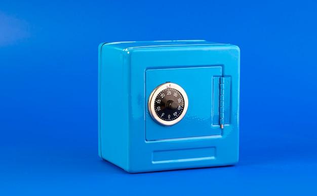 Cassetta sicura blu isolata sull'azzurro