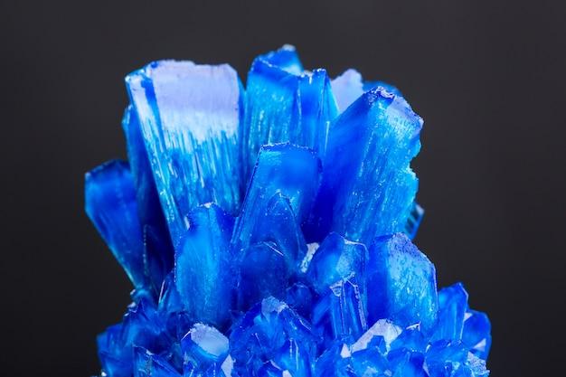 Cristallo di sale blu isolato su sfondo nero