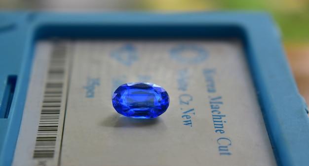 Gemma blu zaffiro costoso blu in una pinza