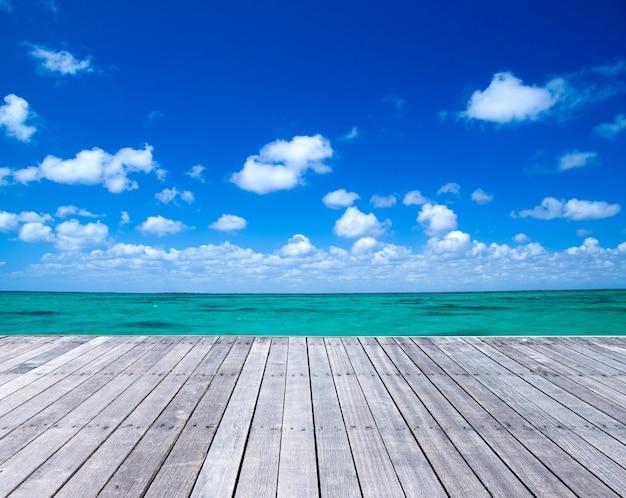 Mare azzurro e cielo azzurro