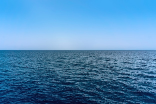 La superficie dell'acqua di mare blu su sky