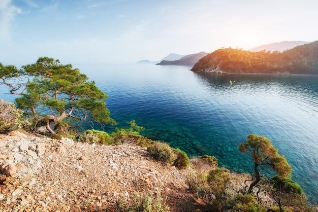 Onda blu del mare del mediterraneo sulla costa turca