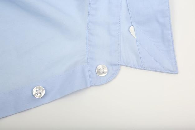 Colletto della camicia blu su bianco