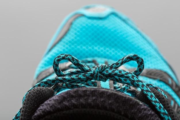 Lacci blu su grigio