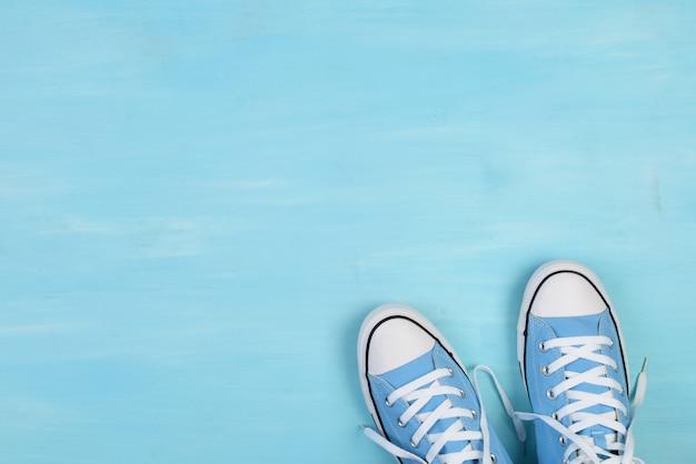 Scarpe blu su sfondo blu