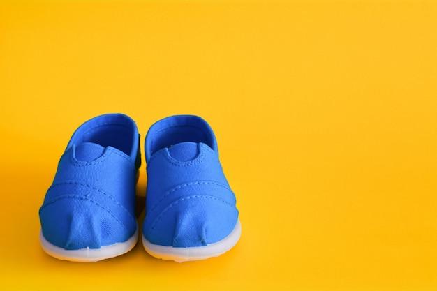 Scarpe blu per bambini su giallo