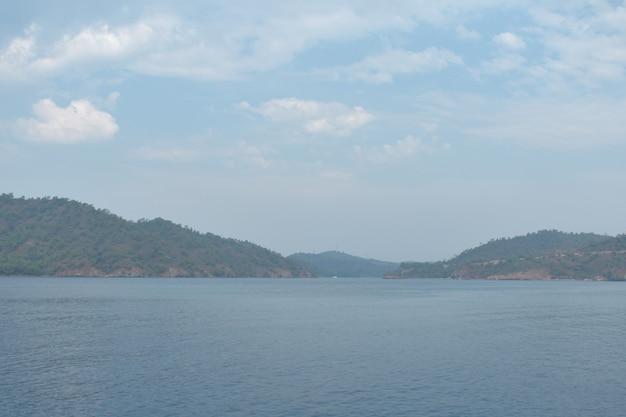 Siluette blu delle montagne sul mar egeo