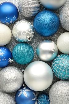 Fondo blu e d'argento delle palle della bagattella di natale. vista dall'alto