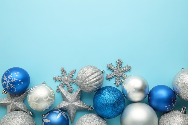Palle di pallina di natale blu e argento su sfondo blu.