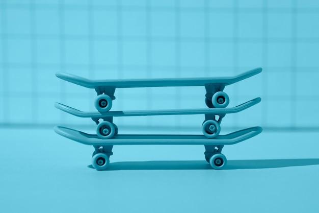 Disposizione di skateboard blu