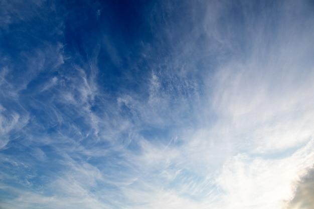Nuvole lanuginose bianche del fondo dell'estratto del cielo blu