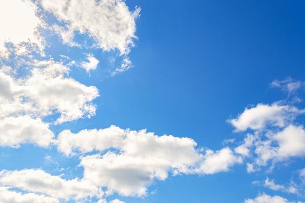 Sfondo del cielo blu. nuvole bianche nel cielo limpido e luminoso.
