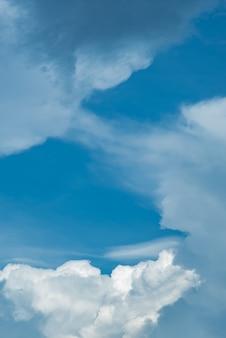 Sfondo azzurro del cielo con belle nuvole