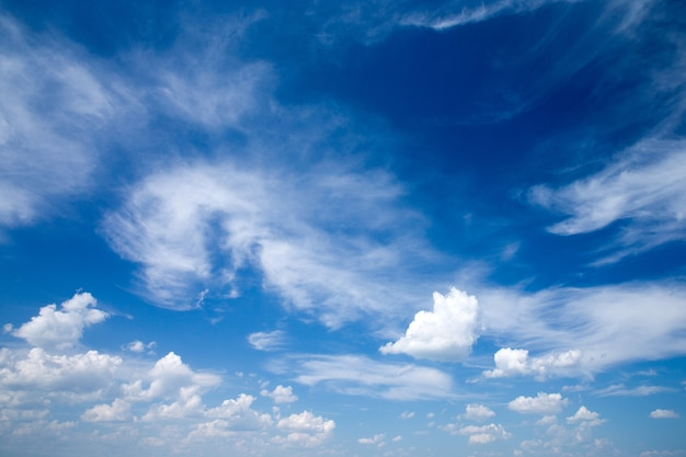 Fondo del cielo blu con il primo piano delle nuvole