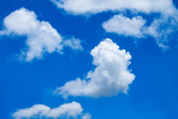 Fondo del cielo blu con le nuvole, scape del cielo.