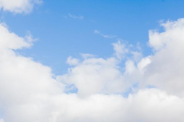 Sfondo azzurro del cielo con le nuvole