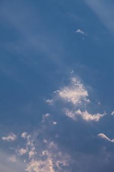 Fondo del cielo blu con le nuvole.