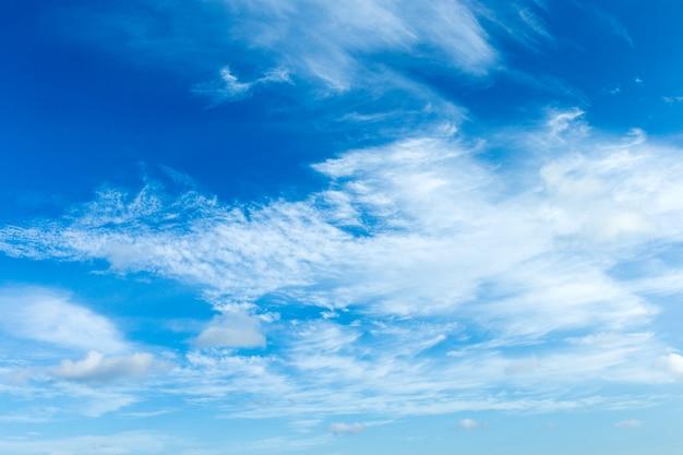 Sfondo azzurro del cielo con piccole nuvole. panorama