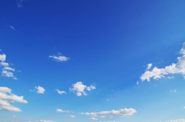 Sfondo del cielo azzurro con nuvole minuscole